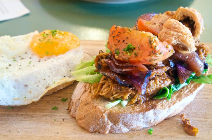 Pulled pork with tomato, crackling and a fried egg